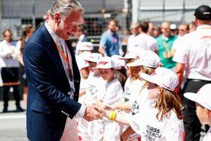 Sean Bratches, directeur des opérations commerciales du Groupe Formule 1, avec les grid kids sur la grille