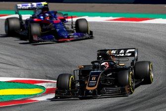 Romain Grosjean, Haas F1 Team VF-19, voor Alexander Albon, Toro Rosso STR14