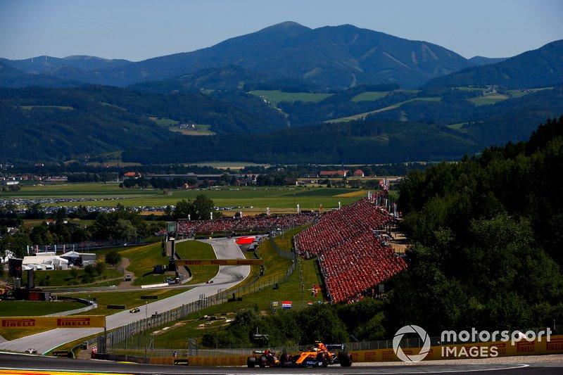Lando Norris, McLaren MCL34, Pierre Gasly, Red Bull Racing RB15
