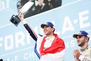 Robin Frijns, Envision Virgin Racing, 1° classificato, festeggia sul podio la sua prima vittoria