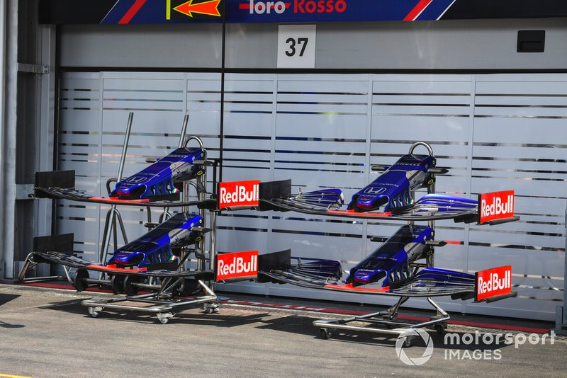 Front Wings of Toro Rosso STR14