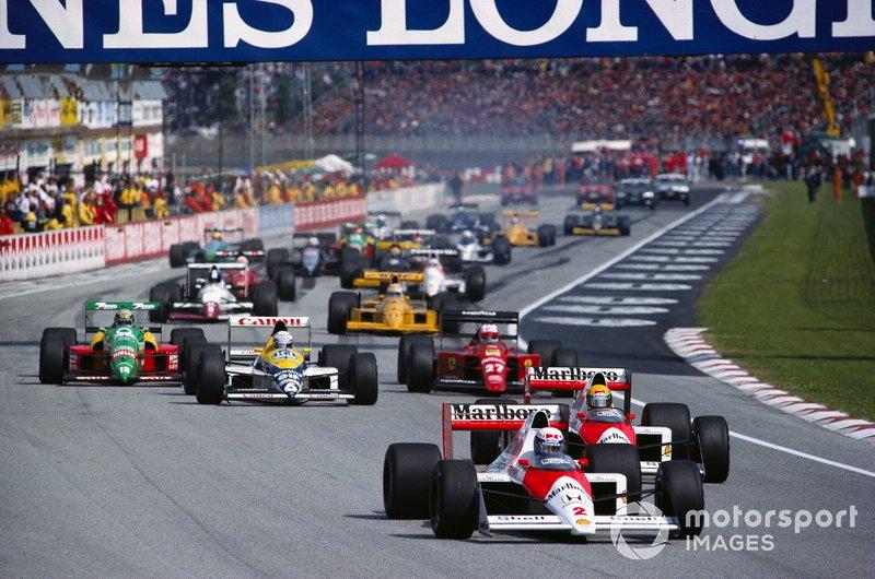 Alain Prost, McLaren MP4-5 Honda, à frente de Ayrton Senna na relargada