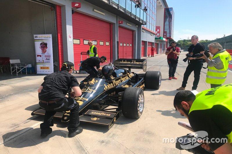 La Lotus 97T di Ayrton Senna, in pit lane