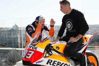 Marc Márquez le enseña su HRC a Joaquín, futbolista del Betis