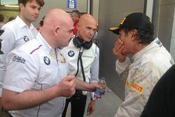 Alex Zanardi, BMW Team Italia, con el equipo