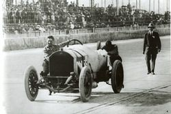 Ralph DePalma push his car