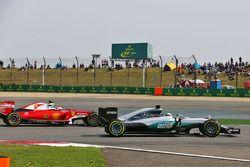 Lewis Hamilton, Mercedes AMG F1 Team W07 et Kimi Raikkonen, Ferrari SF16-H battle for position