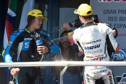 Podium : le deuxième, Nicolo Bulega, Sky Racing Team VR46, le troisième, Francesco Bagnaia, Aspar Team Mahindra fêtent leur résultat au champagne