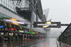 De la neige tombe dans les stands