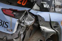 Auto von Hayden Paddon, John Kennard, Hyundai i20 WRC, Hyundai Motorsport, nach Crash