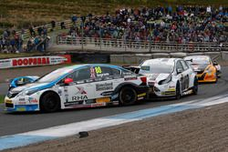 Crash, Tom Ingram, Speedworks Motorsport and Mat Jackson, Motorbase Performance
