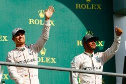 Подиум: Нико Росберг, Mercedes AMG F1 - победитель гонки; Льюис Хэмилтон, Mercedes AMG F1 - третье м