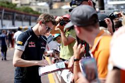 Daniil Kvyat, Scuderia Toro Rosso, zet handtekeningen voor fans