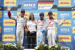 Podium Course 2: le deuxième Tom Chilton, Sébastien Loeb Racing, Citroën C-Elysée WTCC; Marie-Pierre Rossi (Citroen Racing) ; le vainqueur José María López, Citroën World Touring Car Team, Citroën C-Elysée WTCC; le troisième Norbert Michelisz, Honda Racing Team JAS, Honda Civic WTCC
