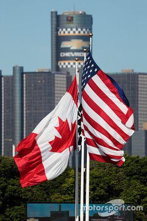 American dan Canadian flags bersama Detroit atmosfer