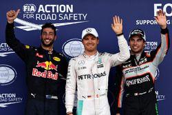 Sıralama turları sonrası parc ferme: Sergio Perez, Sahara Force India F1, 2.; Nico Rosberg, Mercedes