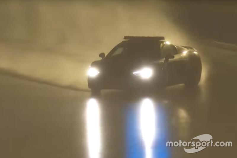 Yannick Dalmas en el coche de seguridad en Le Mans (captura de pantalla)