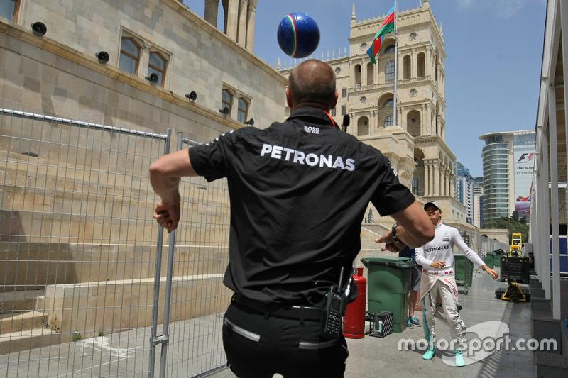Nico Rosberg, Mercedes AMG F1 con Daniel Schloesser, Mercedes AMG F1 Fisioterapeuta