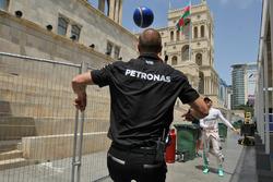 Nico Rosberg, Mercedes AMG F1, avec Daniel Schloesser, physio de Mercedes AMG F1