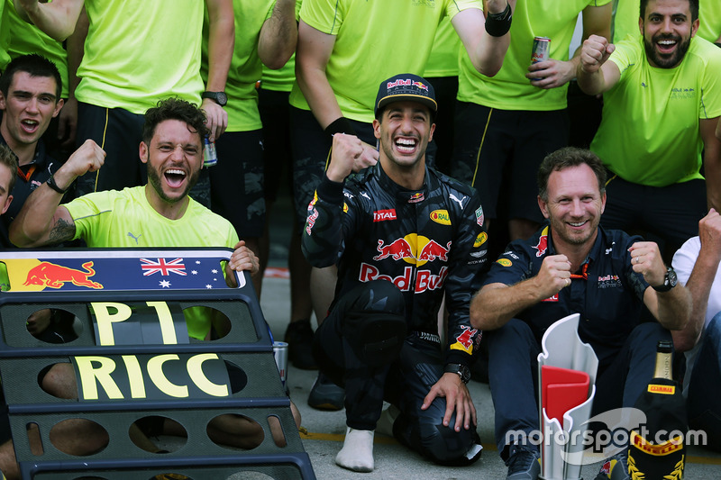 Podyum: 1. Daniel Ricciardo, Red Bull Racing ve Max Verstappen, Red Bull Racing, Dr Helmut Marko, Re
