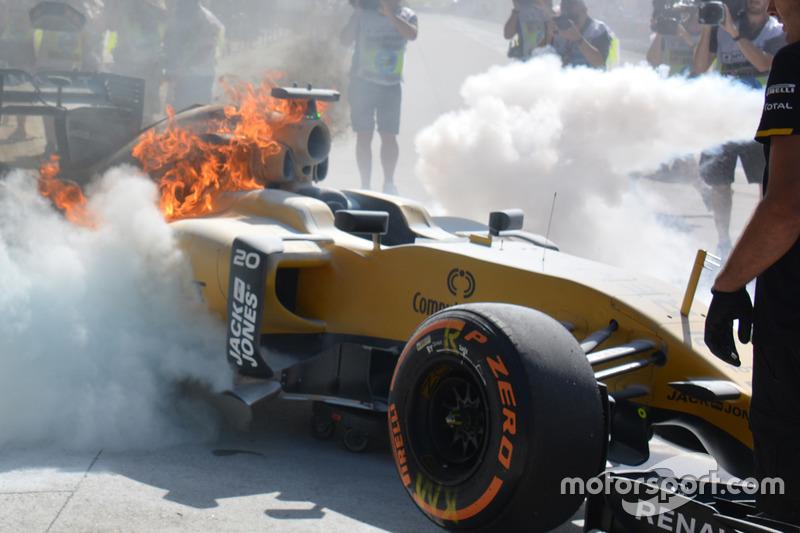 Das brennende Auto von Kevin Magnussen, Renault Sport F1 Team RS16