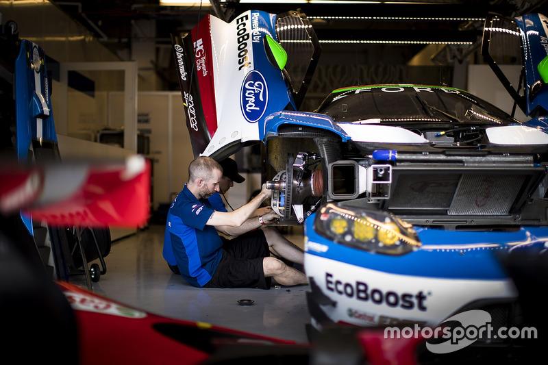 الميكانيكيون يعملون على سيارة رقم 66 فريق فورد شيب غاناسي فورد جي تي: ستيفان موك، أوليفييه بلا
