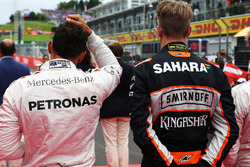 Lewis Hamilton, Mercedes AMG F1 et Nico Hülkenberg, Sahara Force India F1 alors que la grille écoute l'hymne national