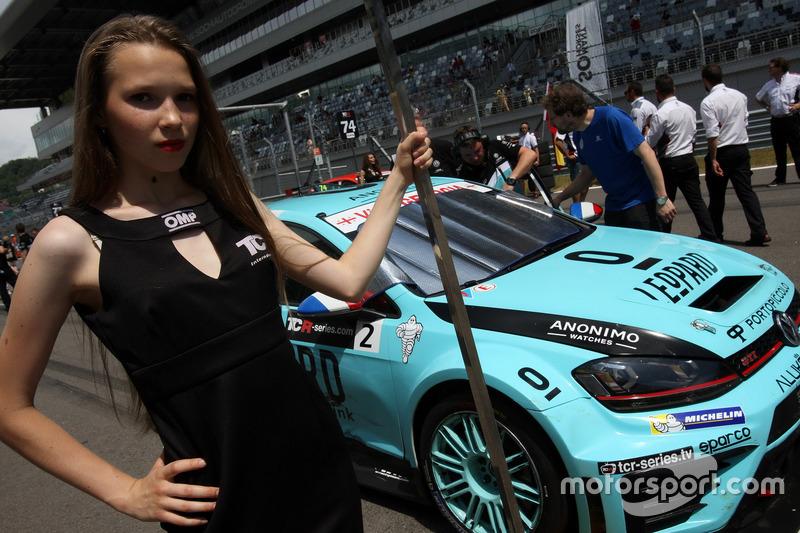 Дівчина на старті біля Жана-Карла Верне, Leopard Racing, Volkswagen Golf GTI TCR