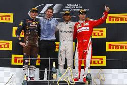 Sieger Lewis Hamilton, Mercedes AMG F1 auf dem Podium mit dem 2. Max Verstappen, Red Bull Racing und