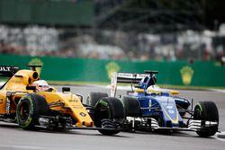 Kevin Magnussen, Renault Sport F1 Team RS16, et Marcus Ericsson, Sauber C35, en bagarre