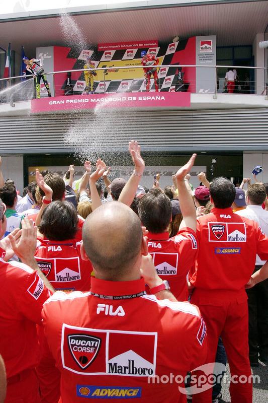 Podio: ganador de la carrera Valentino Rossi, del equipo Repsol Honda, Max Biaggi, Pramac Pons el segundo lugar y tercer lugar Troy Bayliss, Ducati Team