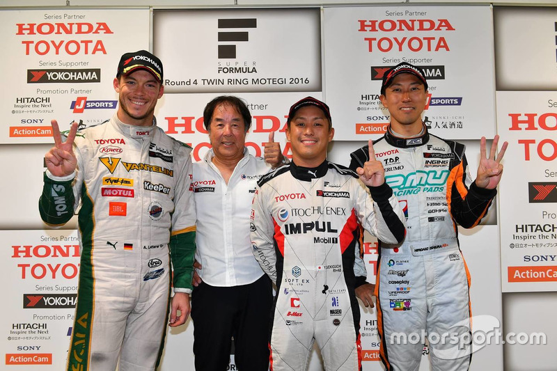 1. Yuhi Sekiguchi, Team Impul; 2. Andre Lotterer, Team Tom's; 3. Hiroaki Ishiura, Cerumo Inging, mit Impul-Teamchef Kazuyoshi Hoshino