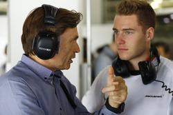 Stoffel Vandoorne, McLaren piloto de prueba y reserva habla con Jost Capito, Director Ejecutivo de M