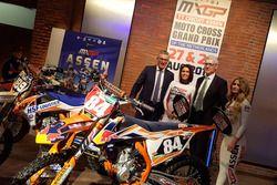 Gedeputeerde van Provincie Drenthe, Henk Jumelet en Burgemeester van Assen, Marco Out, met promotied