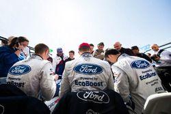 #66 Ford Chip Ganassi Racing Team UK Ford GT: Billy Johnson, Stefan Mücke, Olivier Pla, signs autographs for the fans