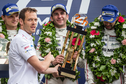 Подиум LMP1: победители в классе и в гонке Ромен Дюма, Нил Джани, Марк Либ, #2 Porsche Team Porsche