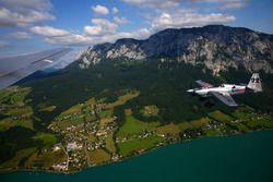 Hannes Arch, Red Bull Air-Race-Pilot, fliegt neben der Red Bull Douglas DC-6B