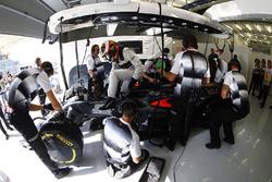 Stoffel Vandoorne, McLaren MP4-31 dans le garage
