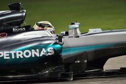 Lewis Hamilton, Mercedes AMG F1 W07 Hybrid con un piso dañado