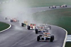 Alain Prost, Williams mène pendant qu'Ayrton Senna, McLaren fend le peloton