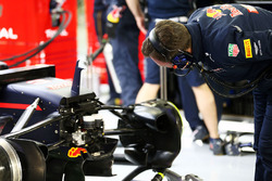 Christian Horner, director del equipo Red Bull Racing mira el Red Bull Racing RB12