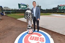 Il Vice Presidente Esecutivo e General Manager dei Chicago Cubs Jed Hoyer con il Borg-Warner Trophy