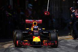 Daniel Ricciardo, Red Bull Racing RB12 makes a pit stop