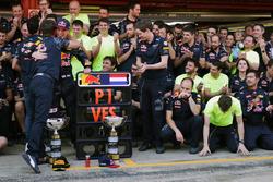 Le vainqueur Max Verstappen, Red Bull Racing fête sa victoire avec Christian Horner, Team Principal Red Bull Racing et l'équipe