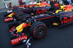 Max Verstappen, Red Bull Racing RB12; Daniel Ricciardo, Red Bull Racing RB12; Kimi Räikkönen, Ferrar