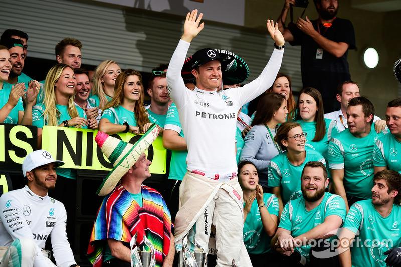 Nico Rosberg y Mercedes AMG F1 y Lewis Hamilton, Mercedes AMG F1 celebran con el equipo