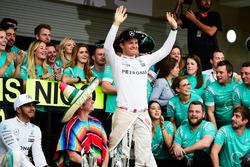 Nico Rosberg, Mercedes AMG F1 and race winner Lewis Hamilton, Mercedes AMG F1 celebrate with the tea