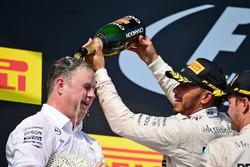 Ron Meadows, director del equipo Mercedes GP se celebra en el podio Lewis Hamilton y Nico Rosberg, M