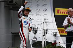 Alexander Albon, ART Grand Prix camina hacia el podio