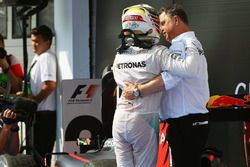 Ganador de la carrera Lewis Hamilton, Mercedes AMG F1 celebra en parc ferme con Ron Meadows, directo